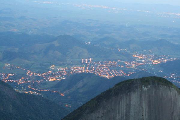 Cidade de Teresópolis iluminada vista do cume do Dedo de Deus - Foto de Cristiano Hammes