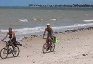 Nas praias do nordeste: pedaladas sob o sol, contornando o horario da maré