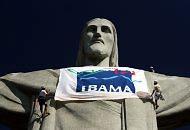 Servidores do Ibama afixaram uma faixa na estátua do Cristo Redentor, eleita sábado uma das sete maravilhas do mundo moderno./ Márcia Foletto - O Globo