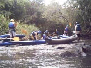 Crianças fazem canoagem para comemorar Dia Mundial da Água