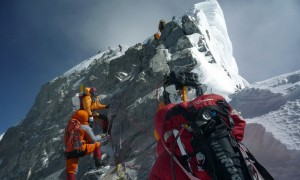 Um grupo de alpinistas se aproxima do Escalão Hillary próximo ao cume do Everest. STR/AFP/Getty Images