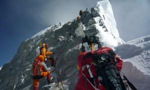 Um grupo de alpinistas se aproxima do Escalão Hillary próximo ao cume do Everest. STR/AFP/Getty Images